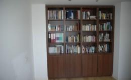Boekenkast met vineer van notenhout