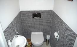 Toilet met mozaiektegels